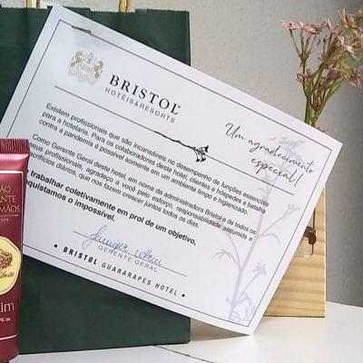 Kit com cartão e loção hidratante para presentear os colaboradores do Bristol Guararapes.